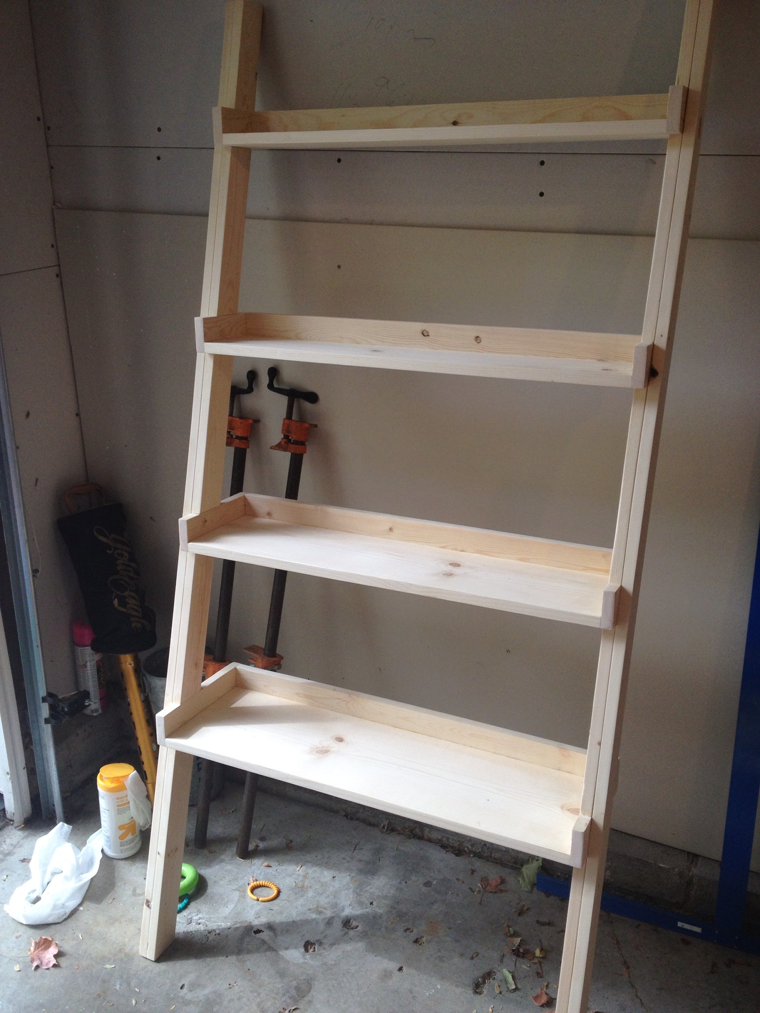 Diy ladder bookshelf an easy weekend project the for Easy diy shelves